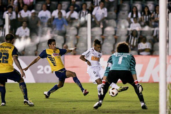 El crack brasileño Neymar, generó algunas opciones para Santos, incluido...