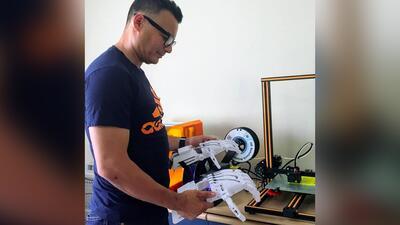 Este salvadoreño fabrica prótesis de manos y las regala a quien las necesite