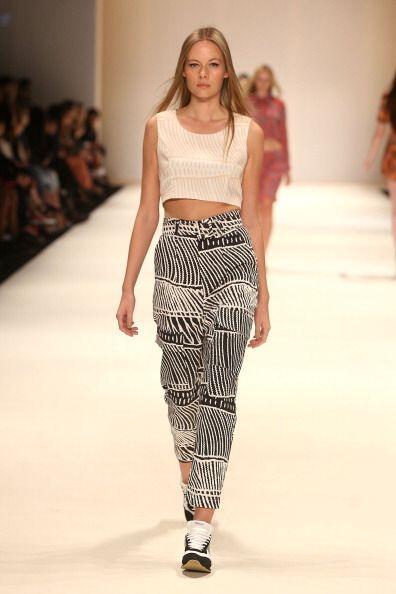 Faldas y pantalones altos úsalos con 'crop tops' y partes superiores dim...