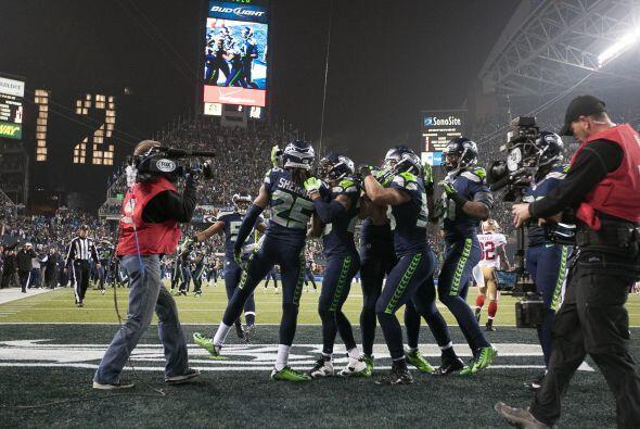 La afición de los Seahawks aclaman a su esquinero estrella, Richard Sher...