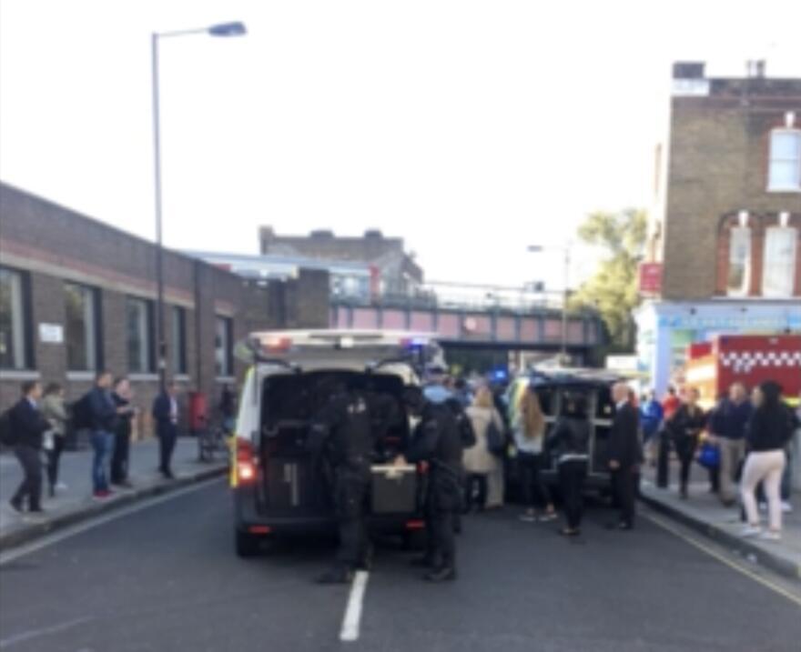 Patrullas policiales llegando a la estación de metro de Parsons G...