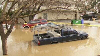 Evacúan a cientos de personas en San José debido a las inundaciones provocadas por el desbordamiento del arroyo Coyote