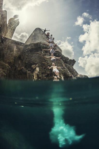 El hispano Orlando Duque salta de los acantilados durante la serie de cl...