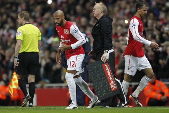 Todos los fanáticos en el Emirates Stadium se unieron en un aplauso estr...