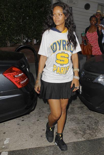 ¡Rihanna continúa impactante con su estilo 'sport chic'! La...