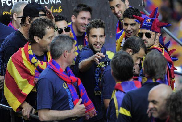 Jordi Alba, de los  jugadores que celebraron su primer título con...