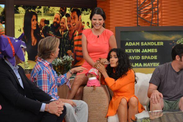 Sama Hayek y Honey son íntimas amigas y se saludan de beso.