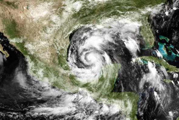 """La tormenta tropical """"Alex"""" se convirtió en huracán en su paso por las a..."""