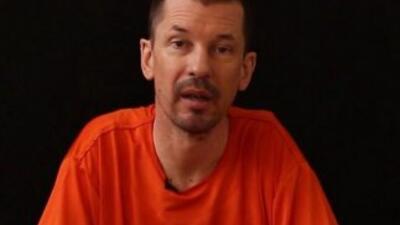 Cantlie aparece con un aspecto desgastado y vistiendo el mismo traje nar...