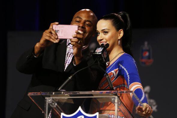 """El primer reportero le pidió una selfie a la intérprete de """"Firework""""."""