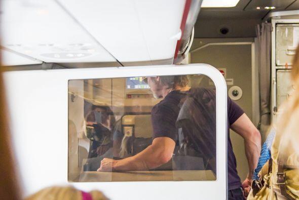 Brad a su salida del avión, al llegar al aeropuerto de Niza.