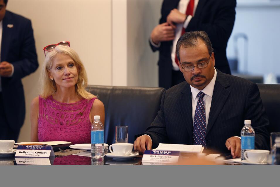 Rick Figueroa, directivo de una empresa en Houston, junto a Kellyanne Co...