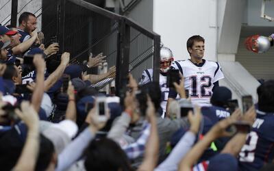 Tom Brady, a unos metros de ingresar al campo del Estadio Azteca.