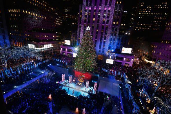 El árbol tendrá sus luces navideñas encendidas hasta el 7 de enero desde...