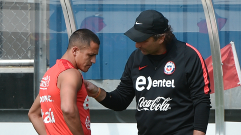 Alexis Sánchez conversando con Juan Antonio Pizzi
