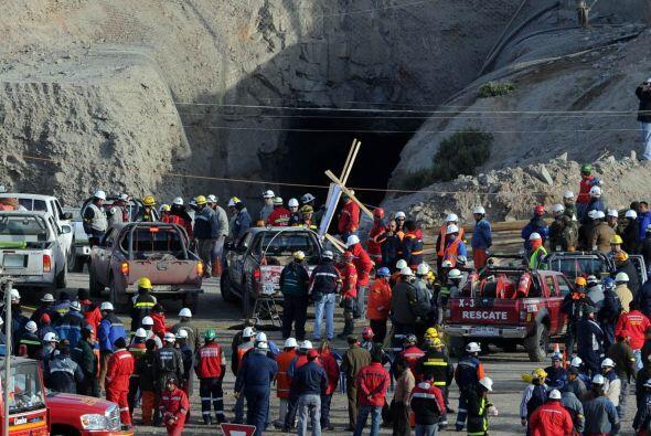 1 de octubre: Las autoridades anuncian que el rescate de los mineros se...