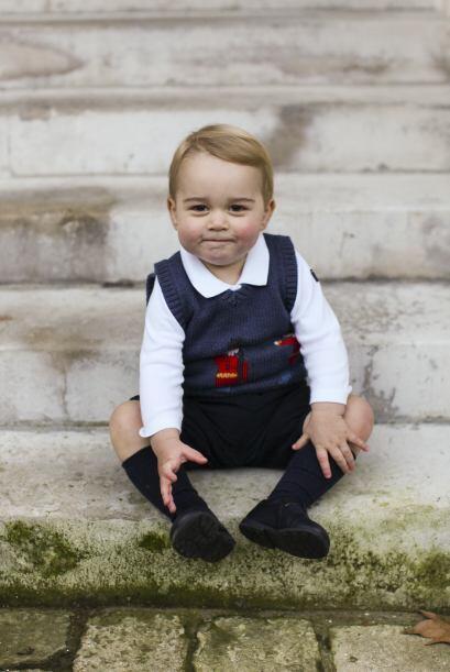 El príncipe George Alexander Louis, de 16 meses, está sent...
