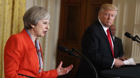 La primera ministra británica, Theresa May, habla durante una rue...