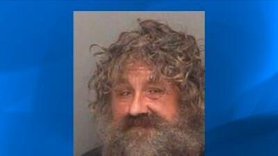 Arrestado por estar desnudo en pose de meditación en la calle.