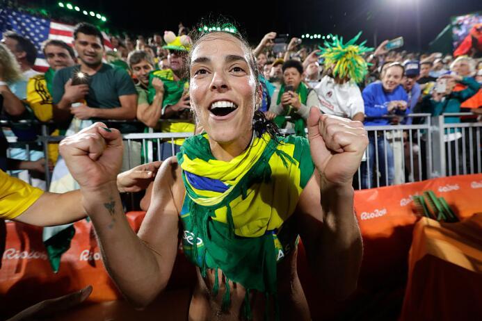 Las brasileñas Ágatha y Bárbara se clasificaron hoy a la final de voley...