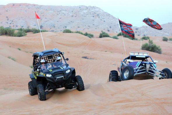 La Kardashian se adentró en las dunas de Dubái en un buggy.