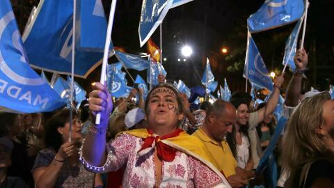 Simpatizantes del Partido Popular junto a la sede del partido en Madrid.