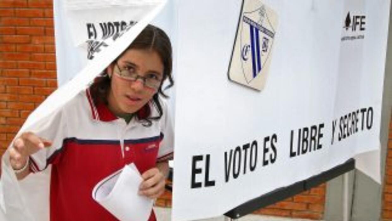 Un elector mexicano, tras depositar su voto en una pasada elección presi...