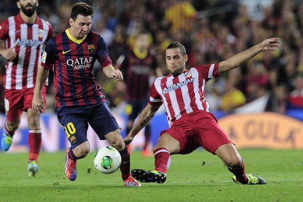 Messi intentaba partir desde la banda derecha hasta el centro sorteando...