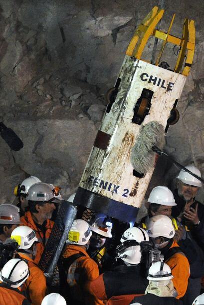 El minero Juan Carlos Aguilar salió de la cápsula F&eacute...