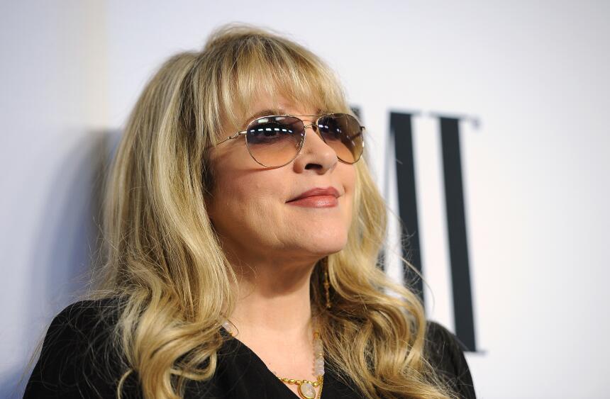 ARCHIVO - Stevie Nicks, galardonada con el Premio BMI Icon, en la 62a ce...