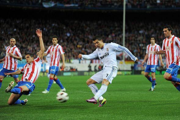 Cristiano Ronaldo no pudo anotar pero hizo sufrir a los zagueros rivales.