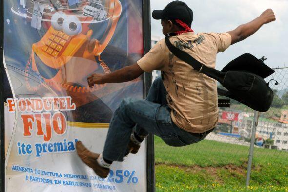 Denunció que los zelayistas golpearon a un policía y destruyeron la moto...