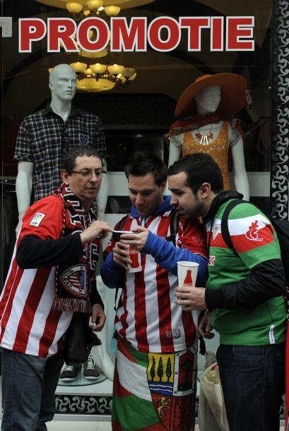 Miles de hinchas del Athletic de Bilbao y del Atlético de Madrid palpita...