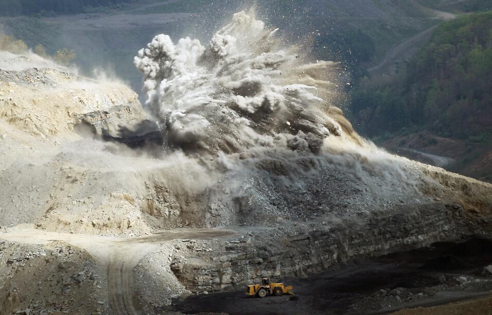 La minería de extracción a cielo abierto se lleva a cabo detonando explo...