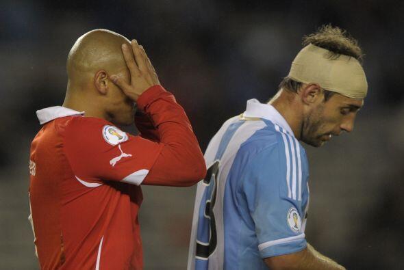 Sí señor, Chile no pudo ante Argentina y 'Chupete' Suazo quedó con dolor...