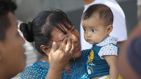 Una madre guatemalteca y su hijo tras ser deportados de Estados Unidos.