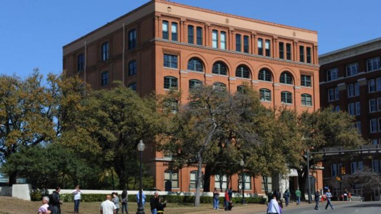 Ubicado en la esquina de la N. Houston St. y Elm St. recibe cientos de m...