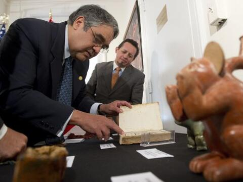 Las autoridades de Estados Unidos regresaron cinco piezas arqueol&oacute...