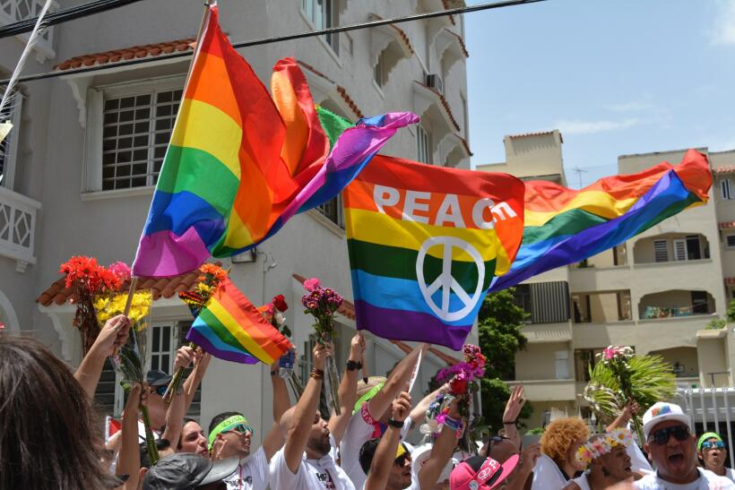 Con flores, pancartas y los sentimientos a flor de piel, miles de person...