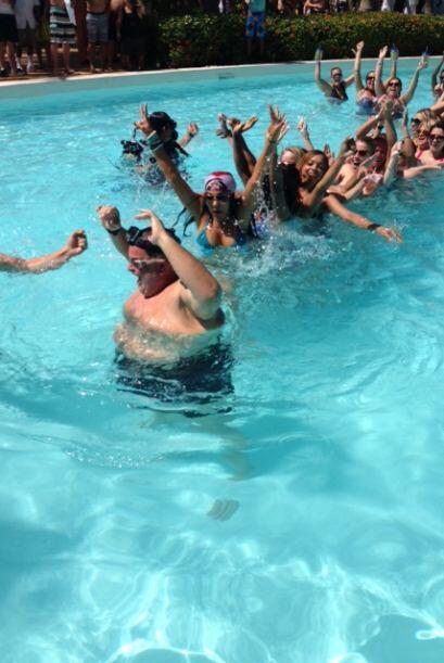 Raúl celebró a lo grande con todas las chicas.