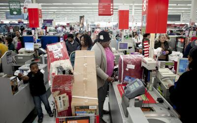 Compradores hacen fila para pagar en un Kmart de Massachussetts.