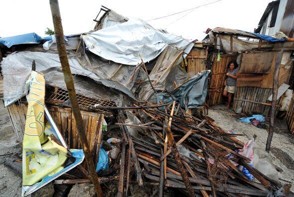 El paso del tifón 'Megi' por el norte de Filipinas, dejó a...