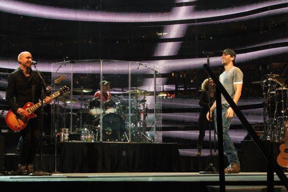 Durante el show también interactuó con miembros de su banda.