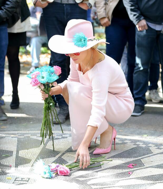 Lady Gaga honrando a John Lennon en Manhattan