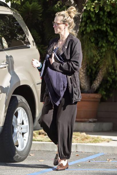 Después, dio la vuelta para entrar ella a su coche.  Mira aquí los video...