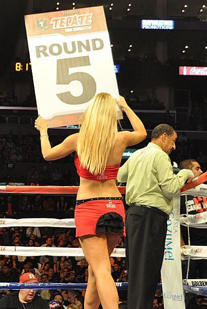 El cuatro nuevamente vio como dos jueces premiaron a Saúl Alvarez con 10...