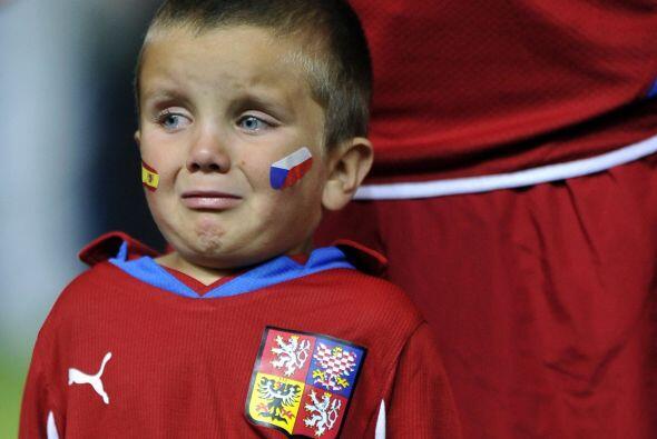 Hasta un niño lloró por la fuerte falta del defensor del Barcelona.