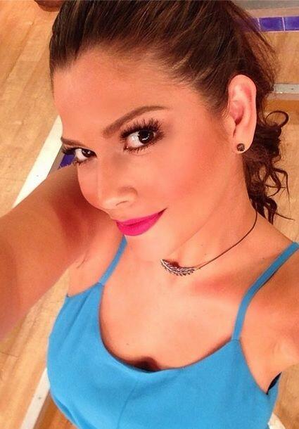 """#FirstLetMeTakeaSelfie Feliz jueves"", dijo Ana. (Julio 10, 2014)"