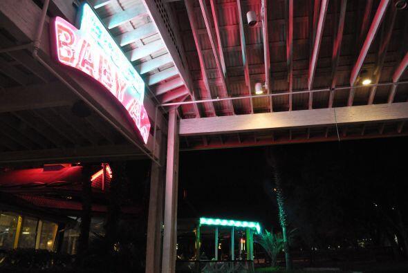Cae la noche en Austin y la ciudad se viste de neón y luces mexic...