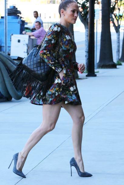 J.Lo se dejó ver muy estilizada con un vestido floral muy ad hoc...